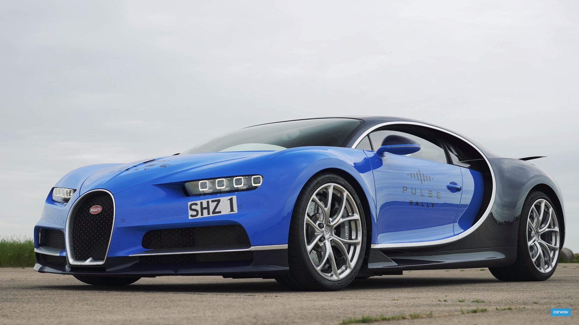Bugatti Chiron vs F1 Car drag race