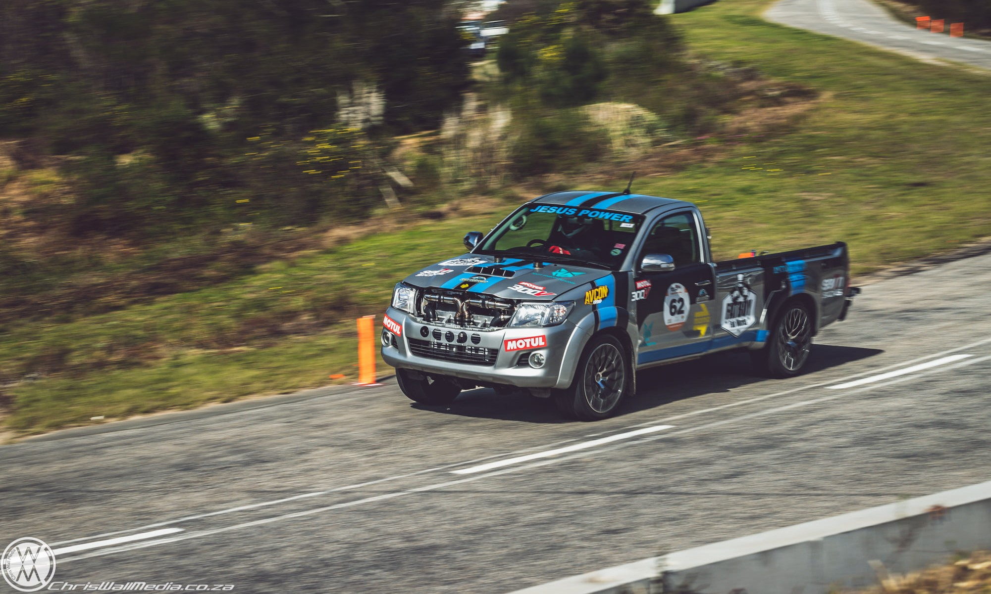Twin-Turbo V12 Toyota Hilux in action